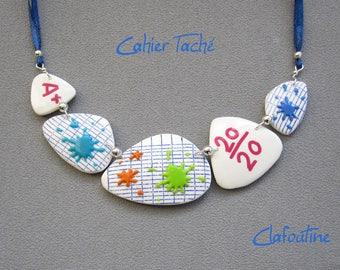Cadeau maitresse, Collier maîtresse d'école, cahier d'écolier,  bleu,blanc et taches multicolores, bijou fait-main en pâte polymère fimo