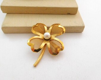 Vintage Yellow Gold Tone White Faux Pearl Mesh Four Leaf Clover Brooch Pin G9