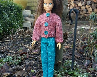 Dollclothes. Handknitted buttoned cardigan with matching pants for dolls like Skipper.