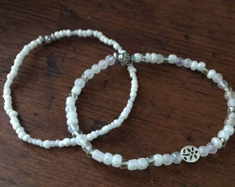 White and Clear Glass Bead Flower Stretch Bracelet