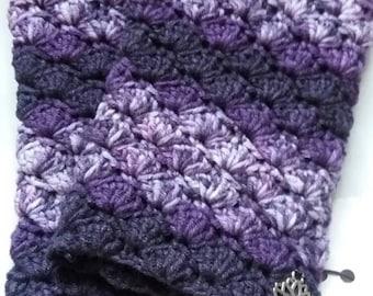 Warm crochet fingerless gloves in blooming purple.