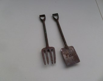 1:12th Fork and Spade Dolls House Miniature Garden