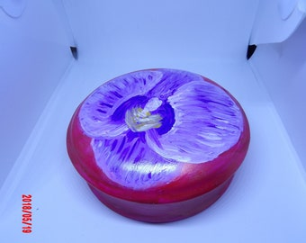 With its flower round jewelry box