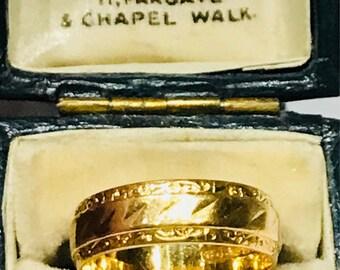 Vintage patterned 22ct gold wedding ring - hallmarked Birmingham 1962