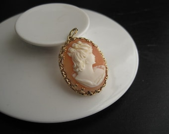 Mid century elegant hand carved shell cameo in 14 karat solid gold setting, Norway.