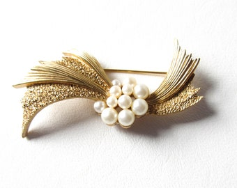 Trifari Gold Tone and Pearl Pin Brooch Vintage Jewelry Gift