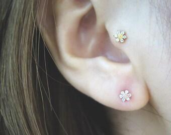 Dainty flower earring/Piercing/Tragus Earring/Cartilage earring/Tragus Piercing/Earring/Helix Earring/conch piercing/Flower earring/Tragus