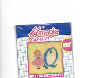 """Letter """"Q"""" blue embroidery floss to customize a garment 3.5 x 3.5 cm"""