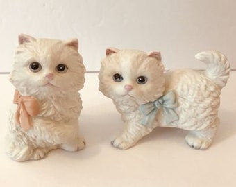 Set 2 Vintage Homco White Cat Figurines Kittens Kitty Pink Blue Bows Taiwan 1428