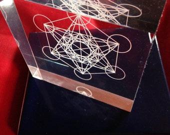 Massello in plexiglass con logo CUBO DI METATRON inciso a filo