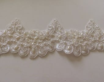 Off white wave shaped embroidered lace bead width 8 cm