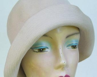 "22"" - Vintage 1930's Light Beige Fur Felt Women's Cloche"