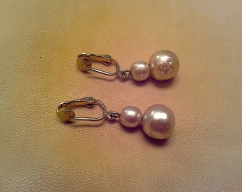Signed Sara Coventry clip on pearl drop earrings