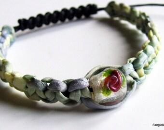 Bracelet soie tressée, perle verre filé, fleur rose, feuille d'argent, macramé, coton ciré noir
