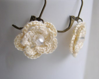 Ivory flower earrings - Crochet Flower Earrings - Spring Fashion - Ivory Brides Earrings - Wedding earrings - Ivory Bridesmaid earrings