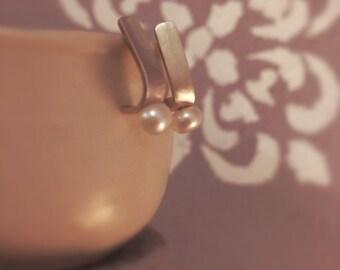 Minimale gebogene Sterling silber Ohrstecker mit Süßwasser-Perle - minimalistischen Silber Schmuck