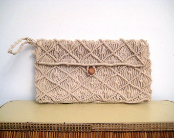 1970s macrame wristlet • 70s cream knotted envelope clutch purse • vintage neutral bag with wrist strap