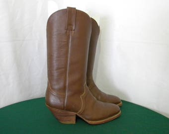 Sz 8 to 8.5 Vintage brown leather 1970s men western cowboy boots.