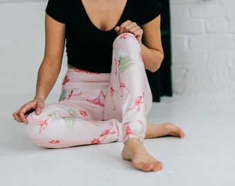 Flamigo leggings with  illustration printed by sublimation ideal for yoga, sport work and friendly 5@7. Illustrated by Amélie Legault