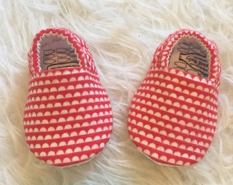 Baby Moccs: Flannel Scallops Red / Baby Shoes / Baby Moccasins / Childrens Indoor Shoes / Vegan Moccs / Soft Soled Shoes / Montessori Shoes