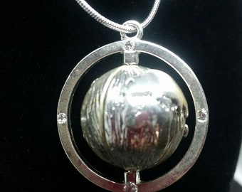 """Sterling silver 925 earth shaped pendant necklace with a 20"""" necklace."""