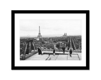 Black and white photo of the Eiffel Tower taken from the arc de Triomphe in 1900 in Paris