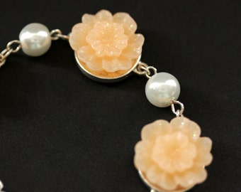 Pfirsich-Armband. Pfirsich Blumenarmband mit Charme. Perlenarmband. Personalisierte Armband. Blumenschmuck. Handgefertigte Armband.