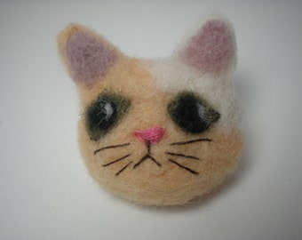 Needle felted cat pin, butterscotch tan and white cat, cat brooch, tan peach and white kitten brooch pin