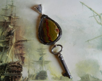 """Pendant """"the key to dreams of Alice""""."""