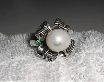 Silver ring with big Pearl + emeralds