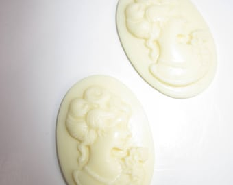2 pretty faces resin ivory 30mm