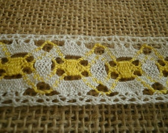Pretty vintage lace, white and yellow cotton, width 27 mm