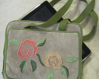 Fashionable purse for Tablet, I-pad or electronic reader made of recycled leather.