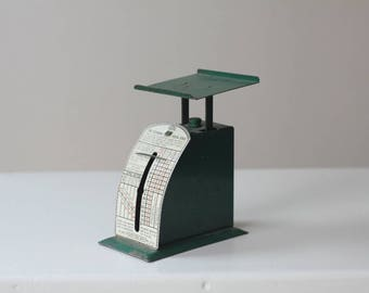1930's U.S. Economy Postal Scale green, Made in USA IDL Manuf New York Great Working Condition Retro Office Decor