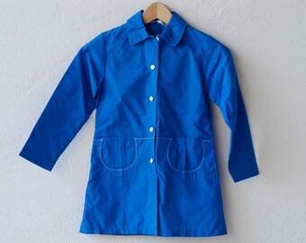 Französisch Mantel Kinder / Jahrgang Trenchcoat / blue Imperméable / neue ungetragen / 8 Jahre / weiße Blume SchaltflächeEin / Midcentury made in Frankreich 60er Jahre