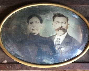 Antique Photo - Portrait of a Man and Woman in Gold Oval Frame With Convex Curved Glass - 1920s Photo, Nuevo León Mexico