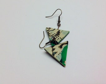 Earrings in shades of pearl, green and black