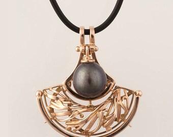 """Gold Pendant with black pearl """"Benaris"""""""