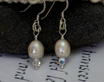 Dainty Earrings, Wedding Jewelry, Pearl Earrings, Bridesmaids Gifts, Valentines Day Gifts, Gift for Woman, Elegant Earrings