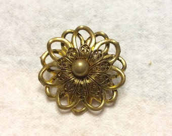 Vintage 1950's gold metal floral flower filigree brooch pin.
