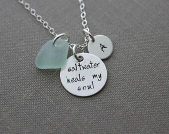 Salzwasser Heals meine Seele, handgestempelt Sterling Silber Halskette mit Seafoam englischen Meeresglas und personalisierte anfängliche Scheibe, Strand Schmuck
