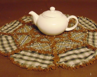 """Rag Quilt DOUBLE WAGON WHEEL Candle Mat 20"""" Table Centerpiece Tan Black Brown"""