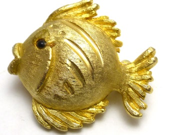 JJ (C) Jonette Jewelry Company Gold Tone Fish pin Scarf Brooch Hat pin Gold Tone Brass With Jewel Eye