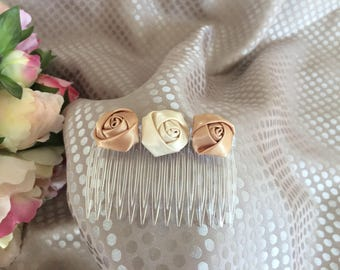 Beige and ivory ceremony with flowers comb