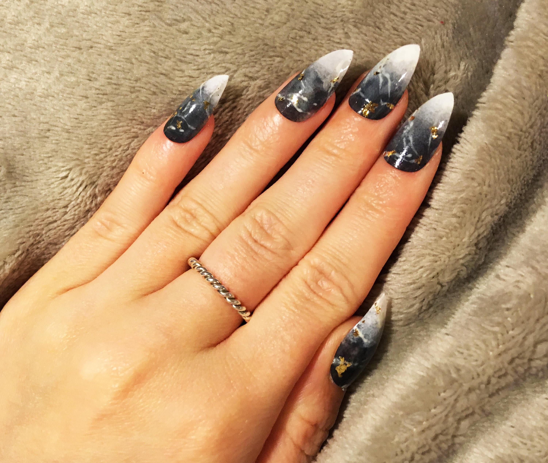 Ombre grau und weiß Marmor-Effekt-falsche Nägel mit Gold