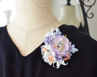 The flower of the corsage and the dyed cloth with the hair clip of the seashells