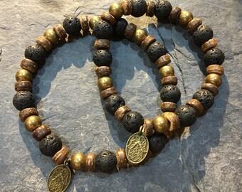Handgemachtes Armband mit Lavaperlen dazwischen Messingperlen mit Kokosnussperlen und Hamsa Hand der Fatima Anhänge