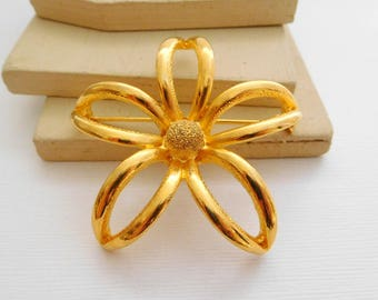 Retro Vintage Large Curved Polished Yellow Gold Tone Flower Brooch Pin OO6