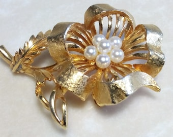 LISNER FLOWER BROOCH. Hallmarked/Stamped/Signed Floral Motif Pin. Luminous Round White Fantasy Pearls. Etched/Textured/Shiny Gold Tone. Chic