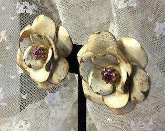 Chippy schäbig gemalt Creme Metall Rosa Strass Blume Ohrringe unsigniert Clip auf 1950 1960 drei Dimensional Blütenblätter realistisch aussehenden